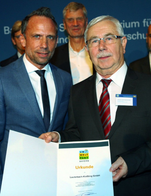 Geschäftsführer Schmidschneider nimmt die Urkunde vom Staatsminister entgegen